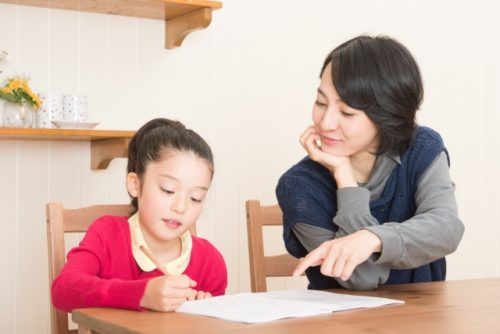 一緒に勉強をする母娘