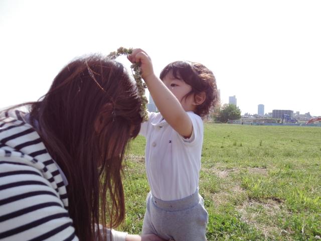 ママに花冠をする子ども