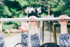 鉄棒をする子供の手