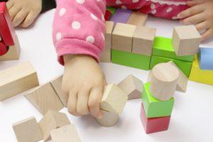 積み木で遊ぶ手