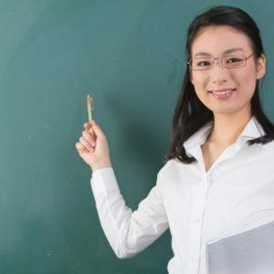 黒板で教える女性