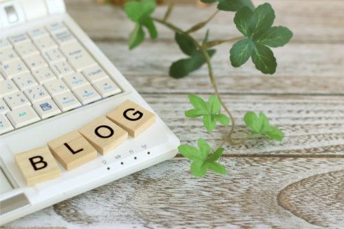 パソコンの上にブログ文字