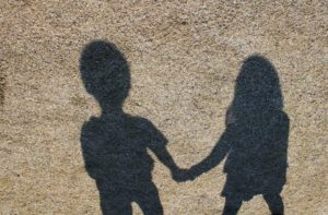 手をつないだ影