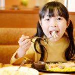 ファミレスで食事する女の子